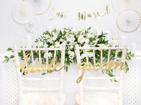 Groom en bride, bordjes, stoeldecoratie